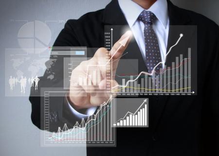 crecimiento: hombre de negocios con s?mbolos financieros que viene de la mano