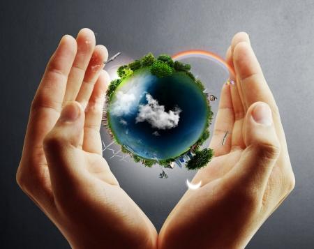 contaminacion ambiental: sosteniendo un globo terr?queo que brilla intensamente en sus manos Foto de archivo