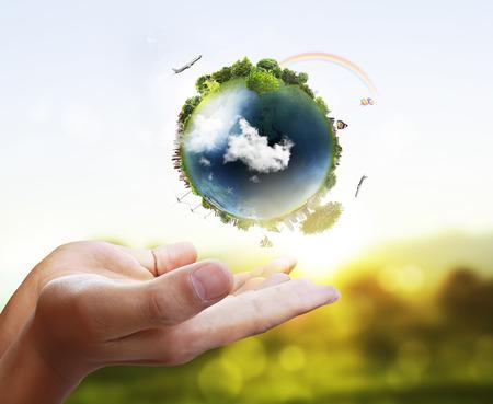 calentamiento global: sosteniendo un globo terr?queo que brilla intensamente en sus manos Foto de archivo