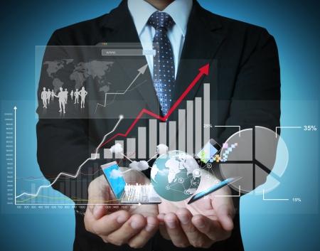 economia: hombre de negocios con s?mbolos financieros que viene de la mano