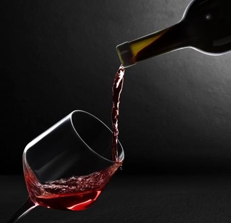 黒の背景上のワインします。