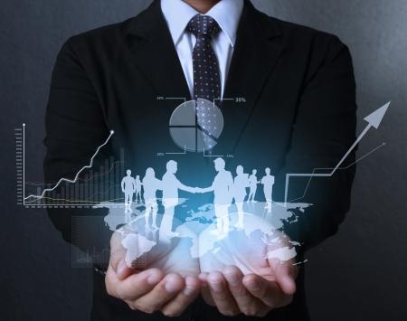 zakenman met financiële symbolen uit de hand Stockfoto