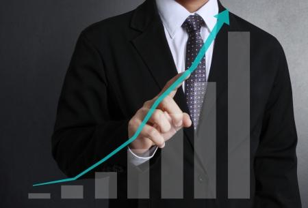 процветание: бизнесмен с финансовыми символов Исходя из рук