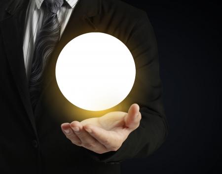 ocultismo: Empresario mano que sostiene la bola de cristal