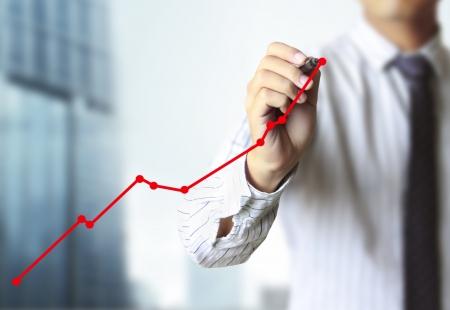 Business man hand tekenen van een grafiek Stockfoto
