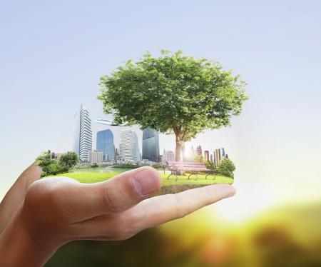 city: mano humana que sostiene la ciudad
