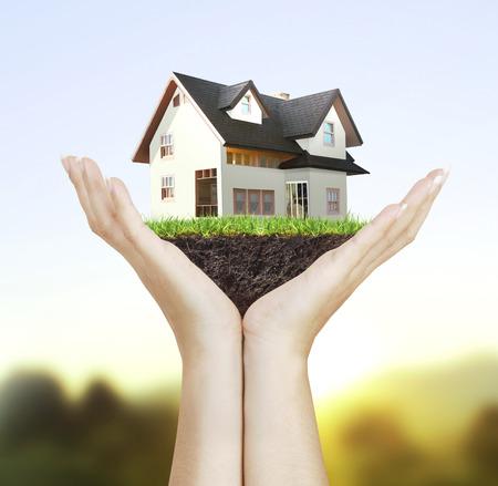 Haus Musterhaus-Konzept in der Hand Standard-Bild - 25876818