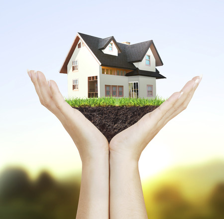 Huis model huis-concept in de hand