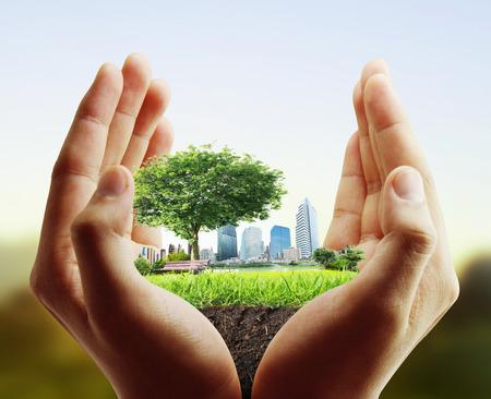 planeta verde: mano humana que sostiene la ciudad