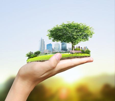 Menselijke hand die de stad houdt