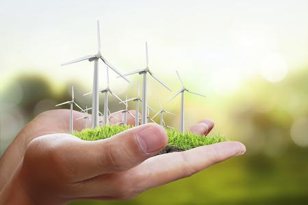 Windturbine in een man hand Stockfoto