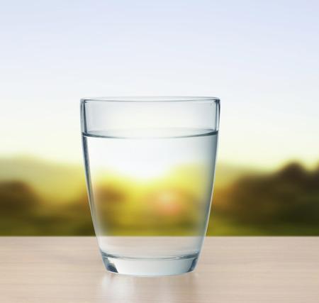 agua purificada: vaso de agua aislado en blanco