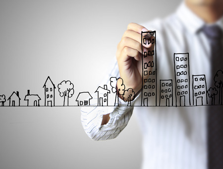 Inmobiliaria, hombre de negocios que drena una casa