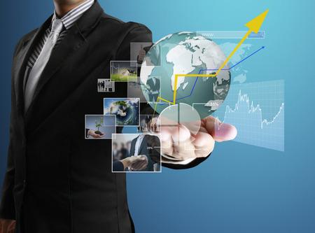 obchodník s finančními symboly přichází z ruky Reklamní fotografie