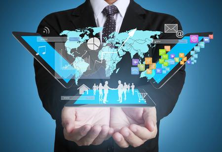 mapas conceptuales: Hombre de negocios usando la conexión social tableta, imagen conceptual de conexión social