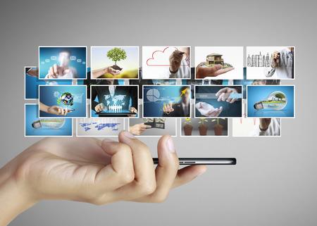 datos personales: Cierre de la mano que sostiene el teléfono inteligente Foto de archivo