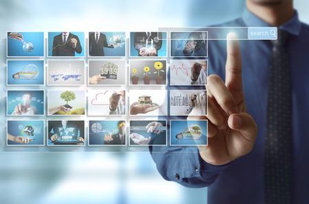zakenlieden en bereiken van beelden streaming, digitale foto-album