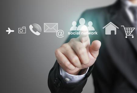 interaccion social: Mano presionando estructura de red social, las nuevas tecnolog�as Foto de archivo