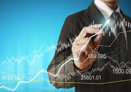zakenman hand schrijven van een zakelijke grafiek