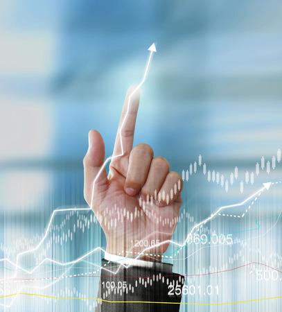 prosperidad: Hombre de negocios con s�mbolos financieros venir