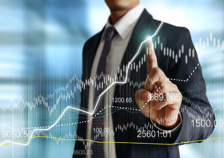 banco mundial: Hombre de negocios con símbolos financieros venir