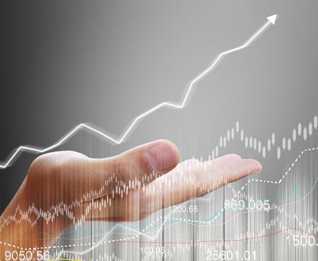bolsa de valores: Hombre de negocios con símbolos financieros venir