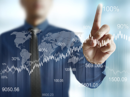 contabilidad: hombre de negocios con símbolos financieros procedentes de la mano