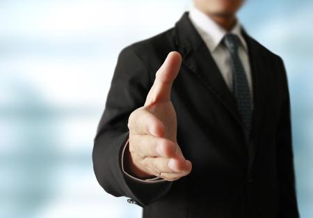 zakenmensen handen schudden