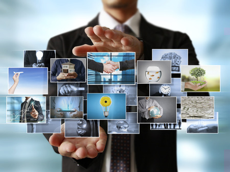男人預覽數碼照片,新技術的電腦 版權商用圖片