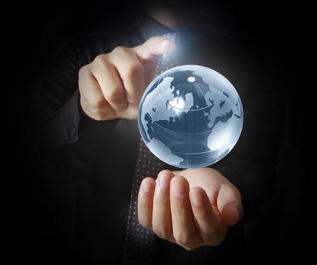 mundo manos: Hombre que sostiene la tierra en la mano Foto de archivo
