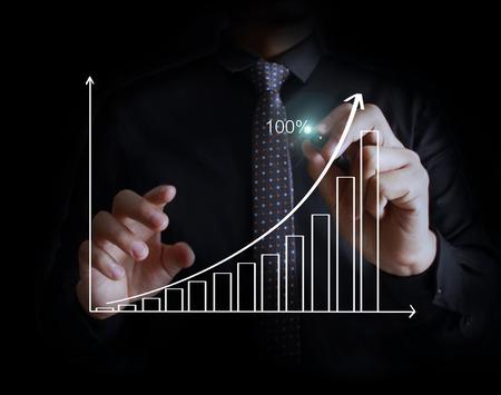 Zakenman tekening graphics een groeiende grafiek Stockfoto