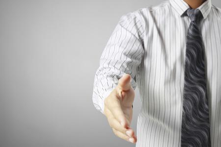 alzando la mano: Apretón de manos ayuda para los negocios, concepto de negocio
