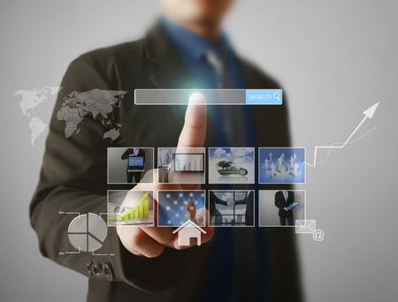 man voorvertoning digitale foto's, nieuwe technologie computer