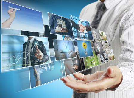 Geschäftsleute und Erreichen von Bildern Streaming, digitales Fotoalbum Standard-Bild - 45222409