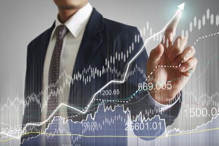 contabilidad financiera: hombre de negocios con símbolos financieros procedentes de han Foto de archivo