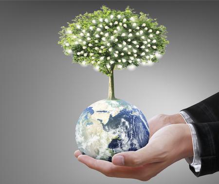 Globe, aarde in menselijke hand, met de hand houden van onze planeet aarde gloeiende.