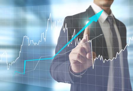 bolsa de valores: hombre de negocios con símbolos financieros procedentes de han Foto de archivo