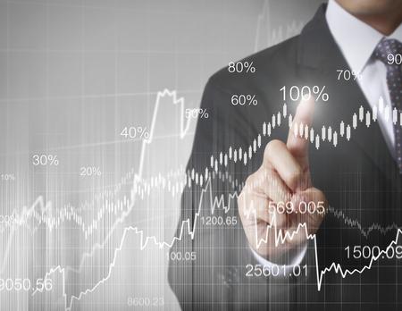 Zakenman met financiële symbolen komen