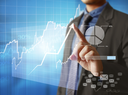 Geschäftsmann mit finanziellen Symbole kommen