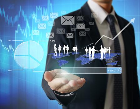 negocios internacionales: Hombre de negocios con símbolos financieros venir