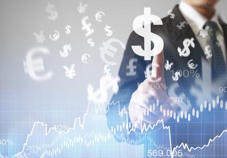 ganancias: hombre de negocios con símbolos financieros procedentes de la mano