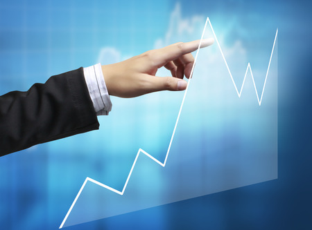 banco dinero: Hombre de negocios con símbolos financieros procedentes