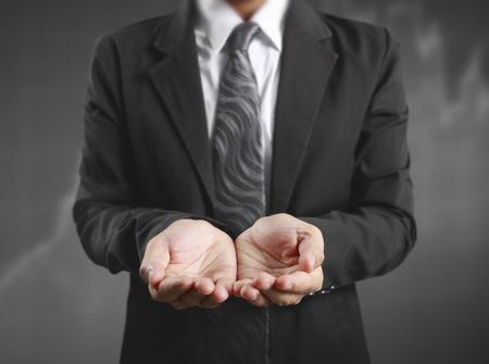 Homme d'affaires avec la main vide