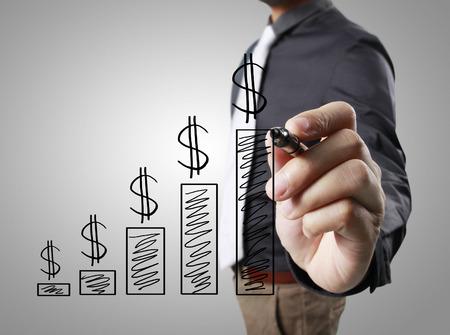 ganancias: El hombre de negocios de dibujo gráfico gráfico cada vez mayor Foto de archivo