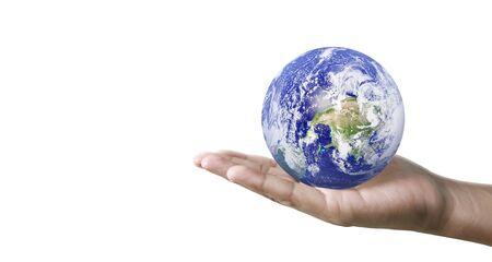 Globuserde in menschlicher Hand, die unseren Planeten glühend hält.