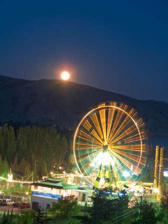 Attraction et de la Lune dans la nuit