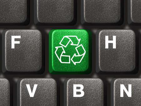 reciclar basura: Teclado del ordenador con el s�mbolo de reciclaje, la tecnolog�a concepto