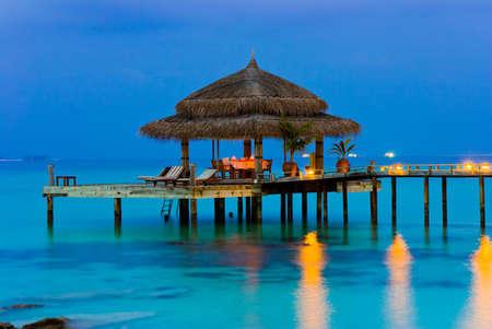 저녁, 조명, 바다와 하늘에서 물 카페 스톡 콘텐츠