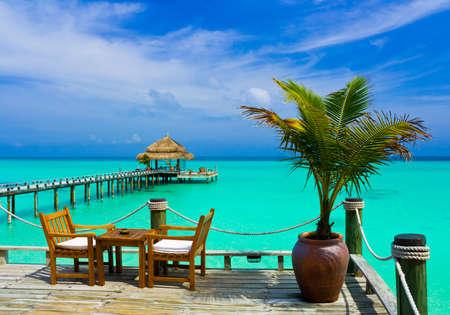 Café en la playa, el océano y el cielo