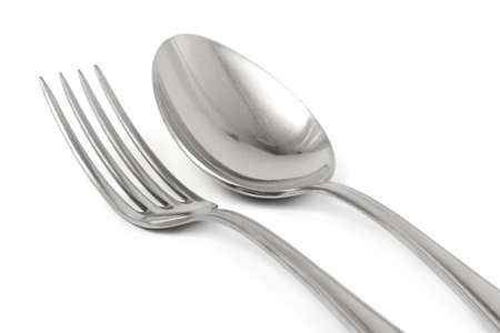 cuchara y tenedor: Tenedor y cuchara aisladas sobre fondo blanco
